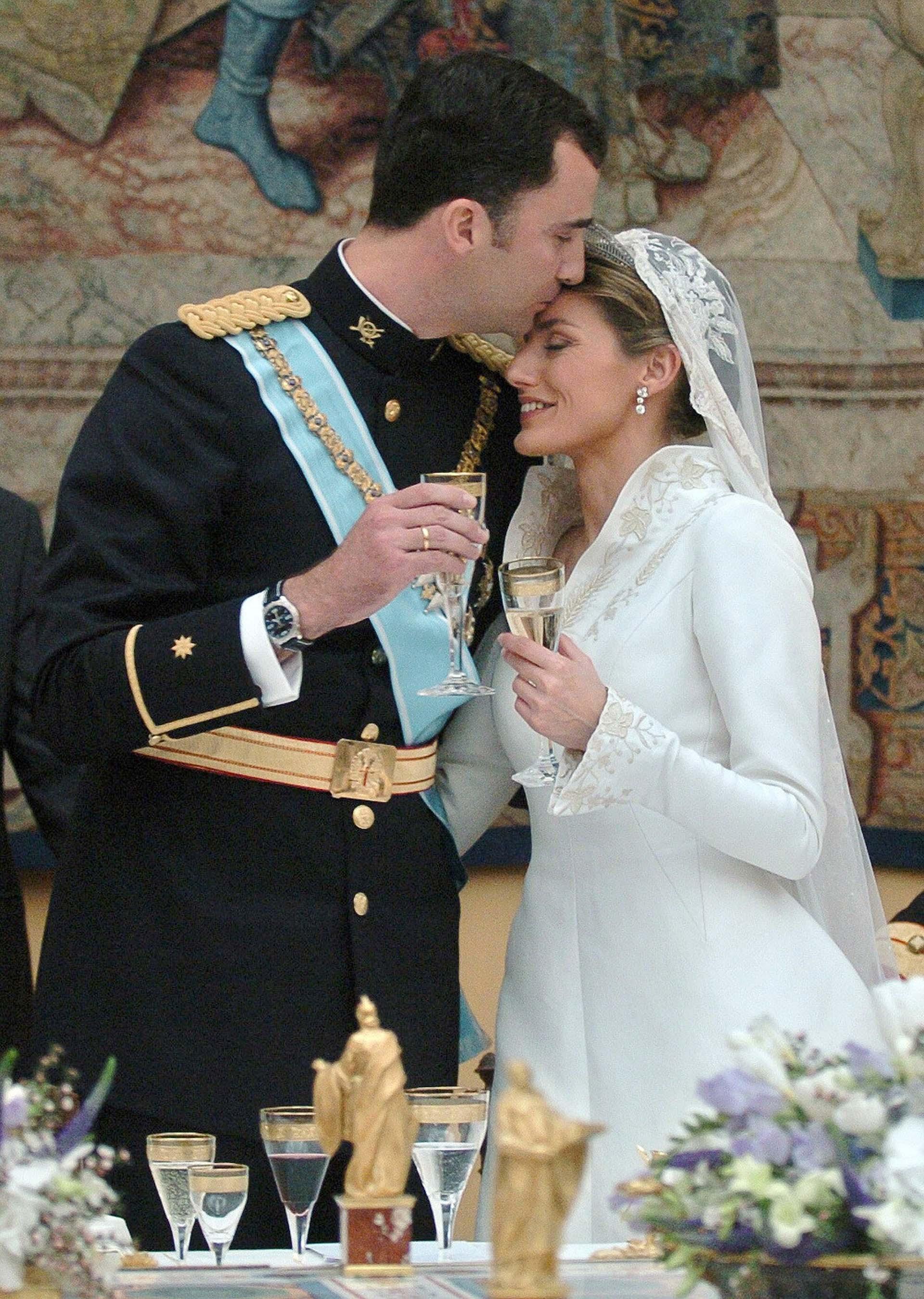 """Desde el día del compromiso oficial, la pareja real se mostró cercana, afectuosa y cariñosa ante los ojos de los medios. Los expertos aseguran que Felipe cumplió con su deseo de casarse """"por amor""""."""