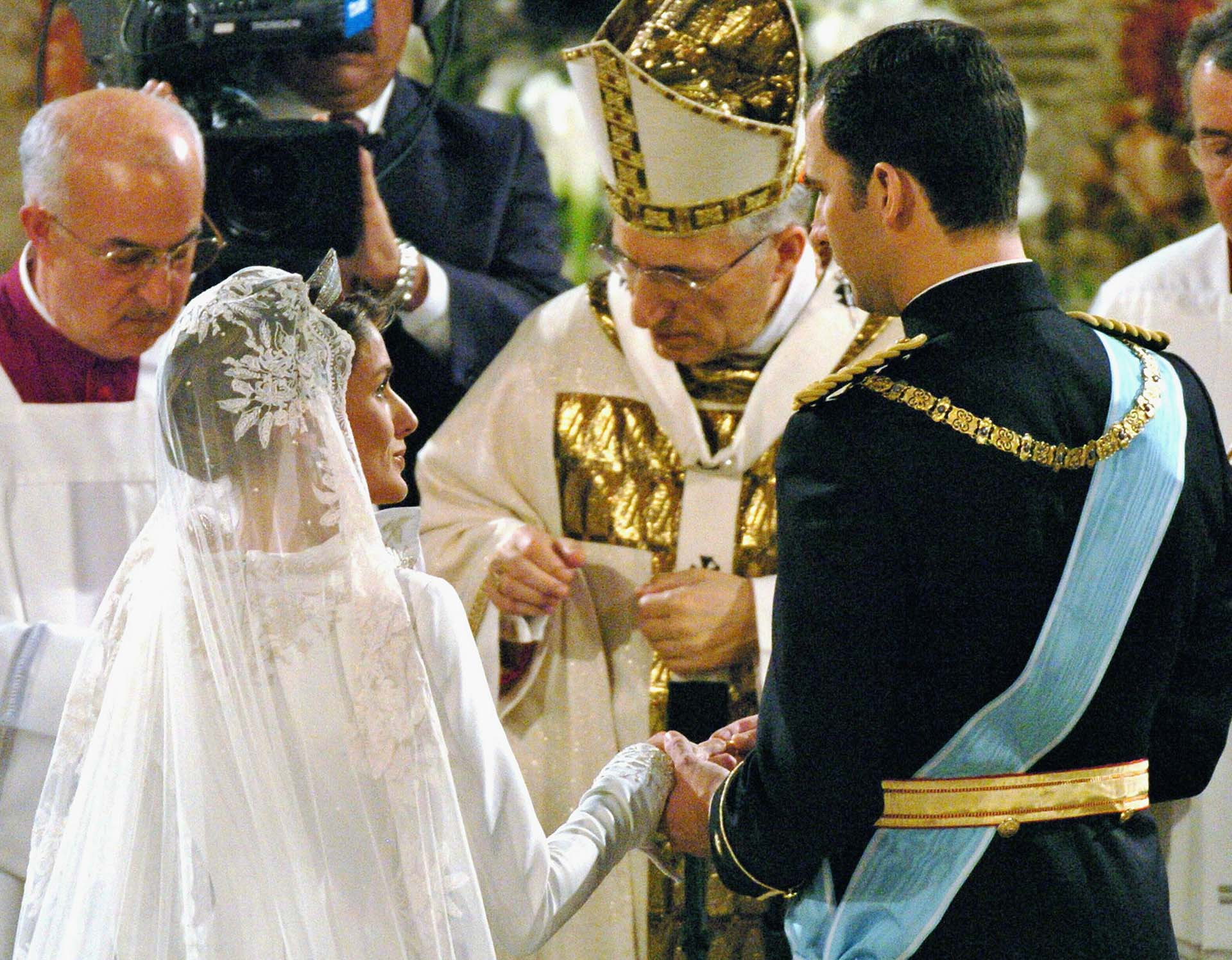 General view inside the Almudena Cathedral during the wedding of Spanish Crown Prince Felipe and Letizia Ortiz in Madrid, May 22, 2004. Felipe and former TV-anchor Ortiz wed in the first royal marriage [in Spain of a crown prince or a king in nearly a century.]
