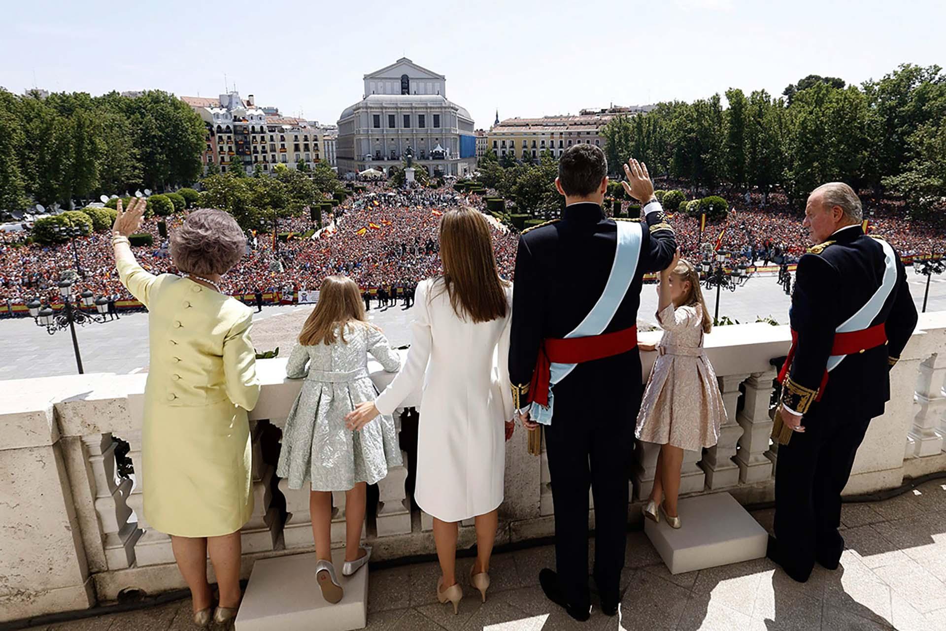El nuevo rey Felipe VI,junto a su padre Juan Carlos, su madre la reina Sofía, su esposa y sus dos hijas, Leonor y Sofía, saludando a los españoles desde el balcón. La ceremonia fue otro gran acontecimiento para España.