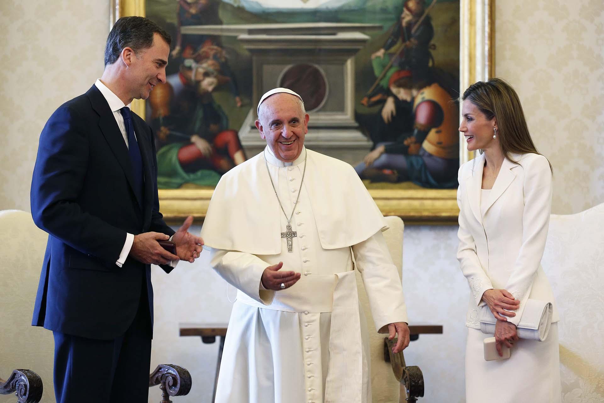 A partir de la coronación de Felipe IV las obligaciones protocolares se volvieron cada vez más frecuentes. La pareja viajó a diversos destinos en sus funciones de poder. Aquí con el Papa Francisco en el Vaticano, en 2014.