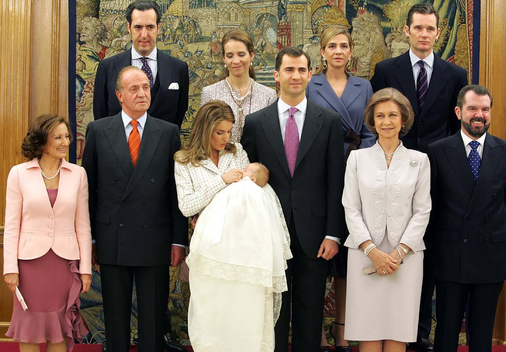 El bautismo de la princesa Sofía reunió a toda la familia, incluida la madre de Letizia, María de la Paloma Rocasolano Rodríguez, ubicada al lado de Juan Carlos.