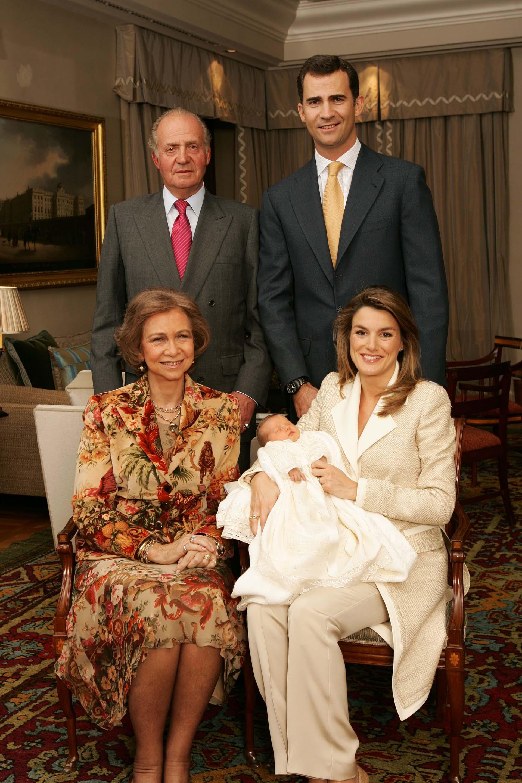 La foto oficial de la familia completa. El nacimiento de Leonor cambió la ley de sucesión de la corona española.