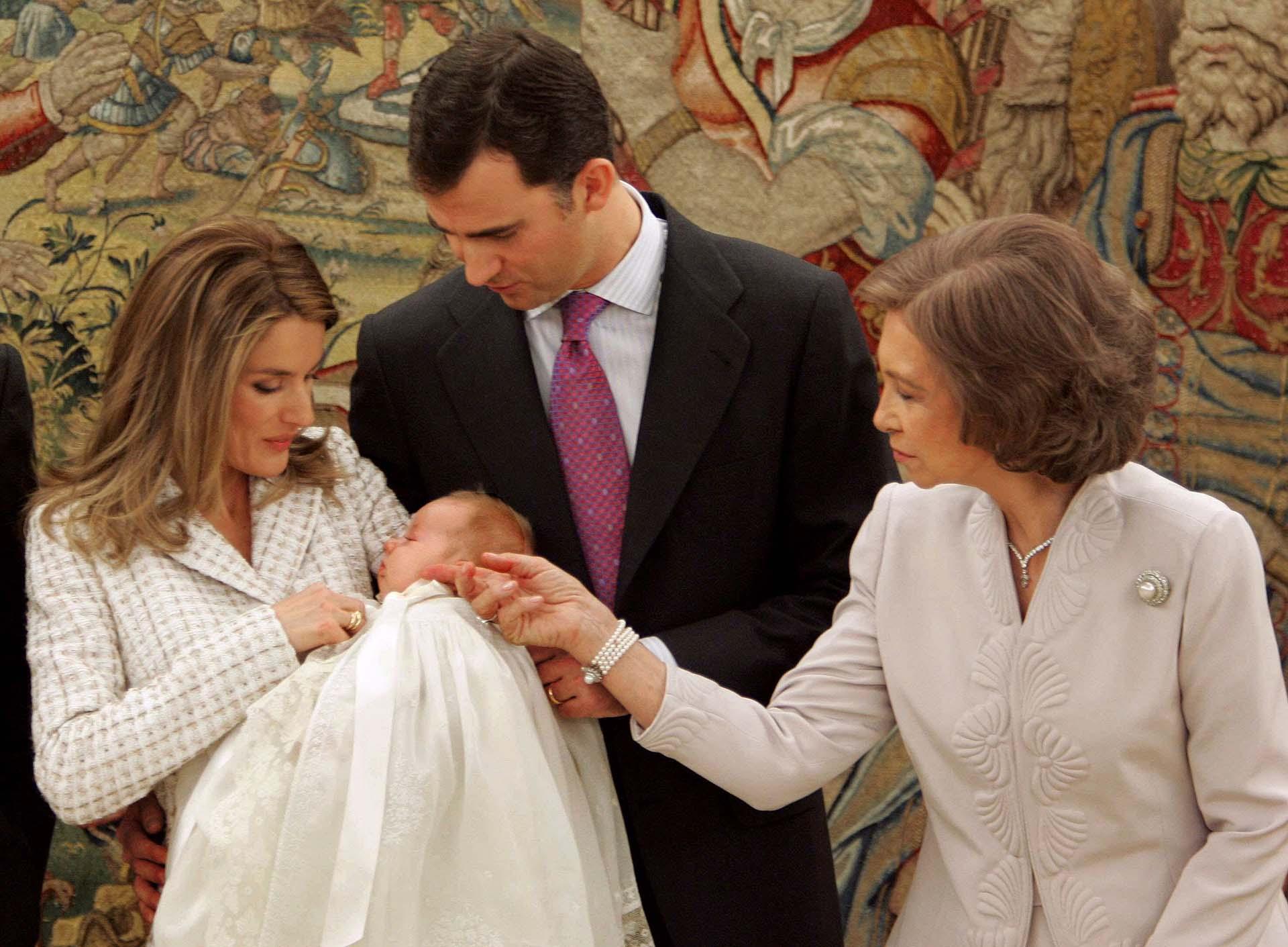 Letizia y Felipe asumieron pronto el rol de padres. El 31 de octubre de 2005 nació Leonor de Todos los Santos de Borbón y Ortíz, primera en la línea de sucesión en la actualidad. El día de su bautismo en el Palacio de la Zarzuela.