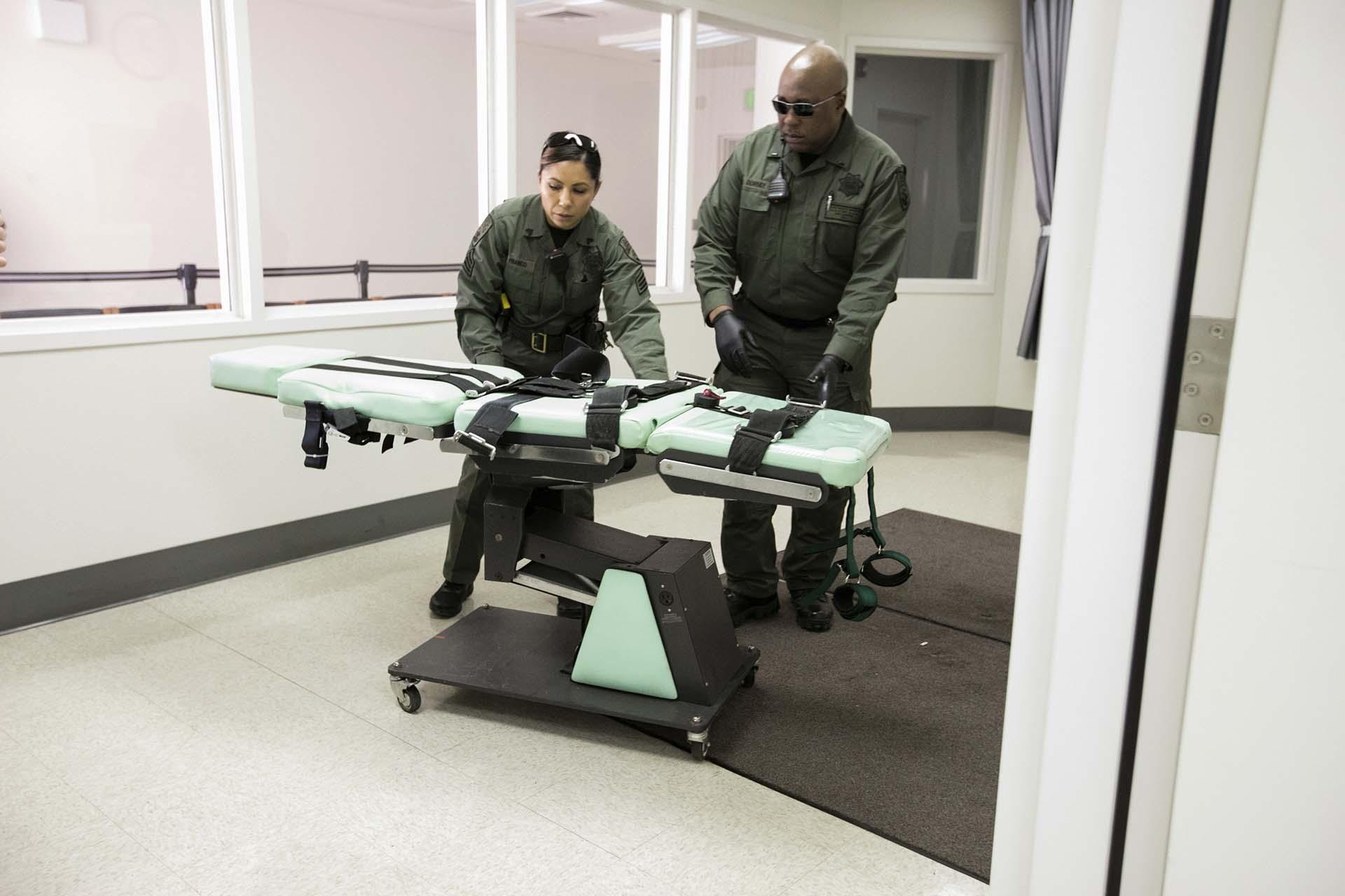Personal del Departamento Correccional de Californiadesmonta la sala de ejecuciones en la prisión del estado de San Quentin (California Department of Corrections and Rehabilitation via AP)