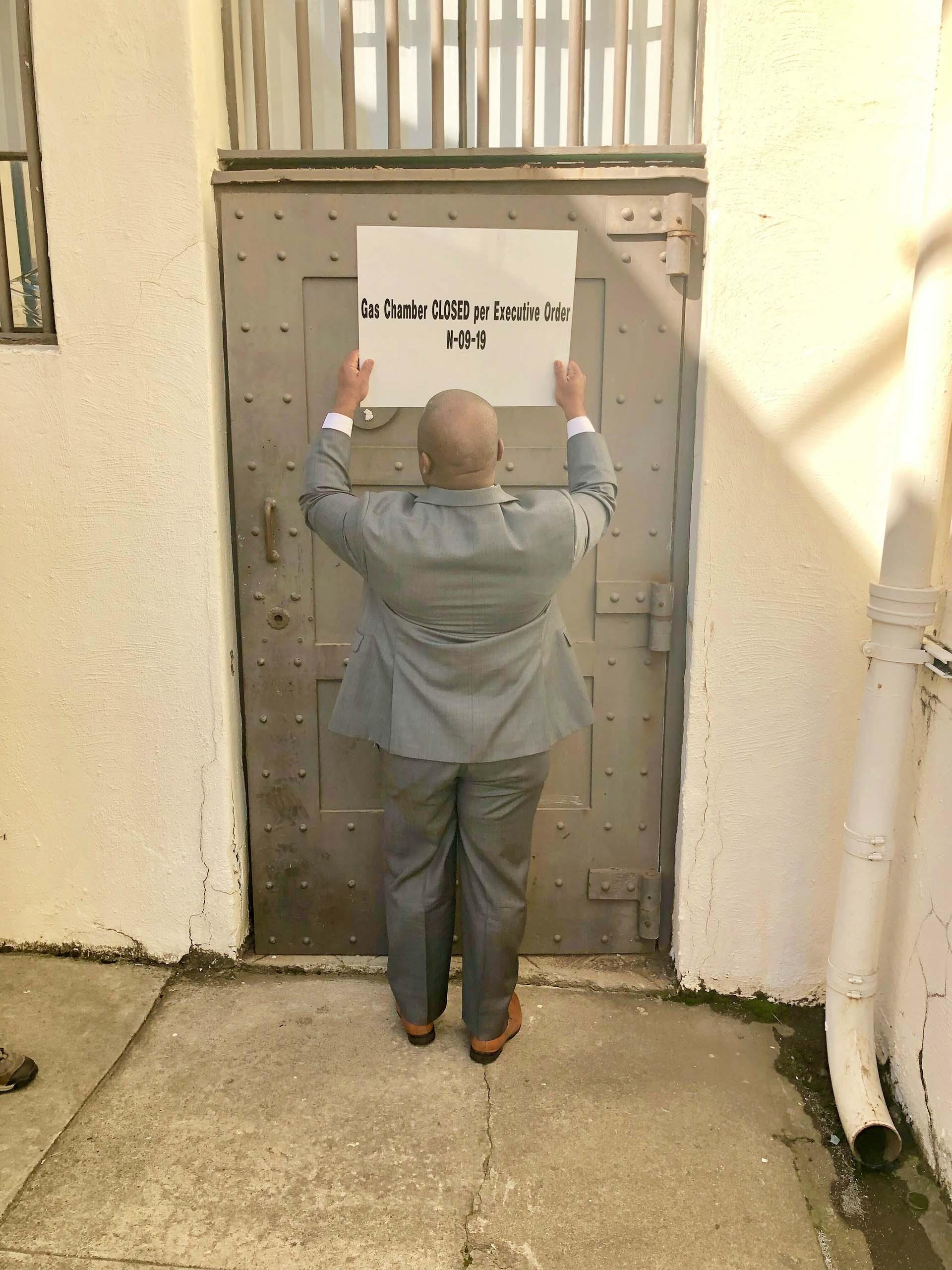 Un letrero anuncia el cierre de la cámara de gas por orden ejecutiva (California Department of Corrections and Rehabilitation via AP)