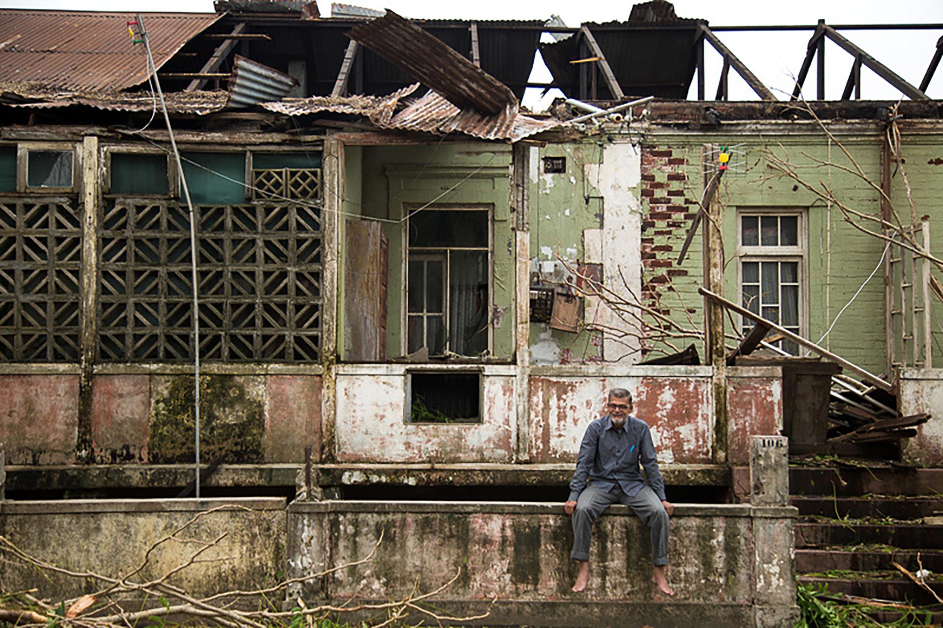 Un hombre delante de una casa destruida en Beira(REUTERS)