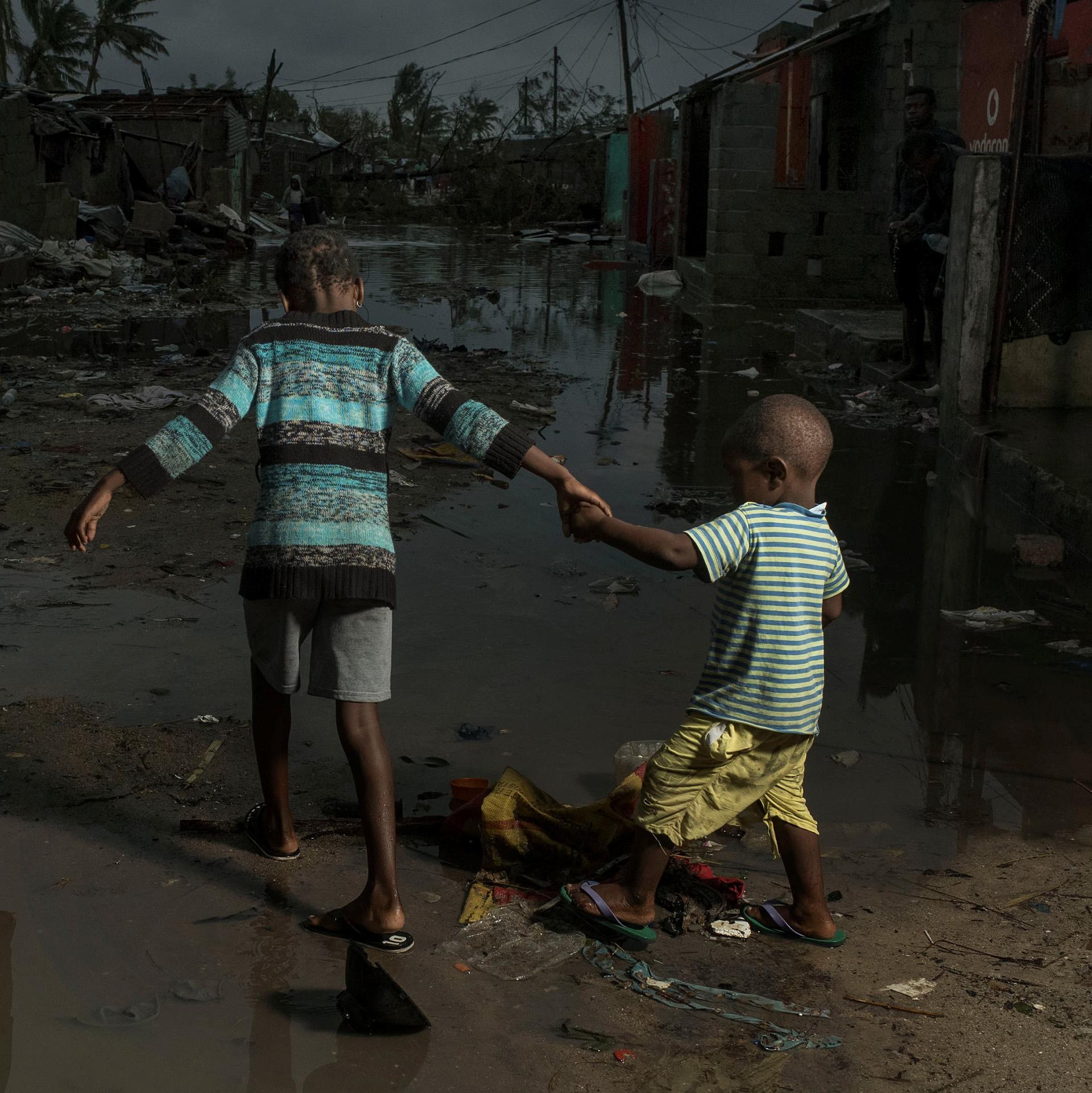 Niños caminan en medio de la devastación en Beira, Mozambique (Josh Estey/Care International via REUTERS)