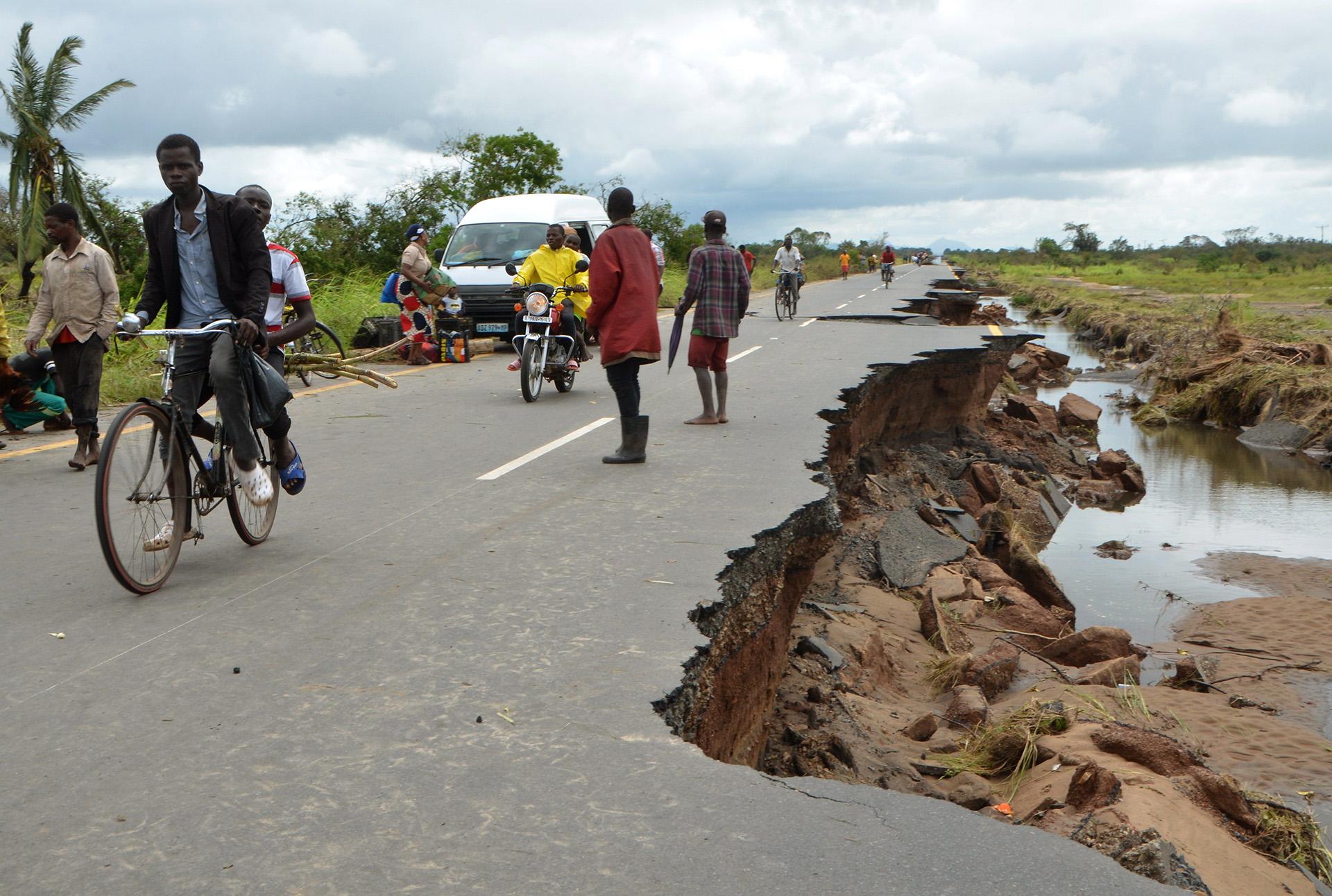Varias personas contemplan los daños provocados por la llegada del ciclón Idai en Sofala (Mozambique), este martes(EFE/ Emidio Jozine)