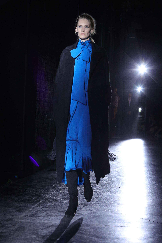 El azul para las colecciones de Bomparola es el nuevo negro. El comodín para la noche. Los maxi vestidos de seda con cuello cisne y lazo pisan fuerte para la temporada invernal. Completó el look con el infaltable, el tapado con flecos de seda