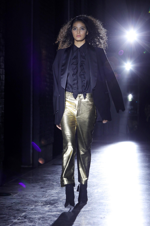 El saco esmoquin, un clásico en las colecciones de Bomparola, un atemporal que tiene que estar en el guardarropa femenino, en negro o azul noche, un comodín básico que completa un outfit. En pasarela, con un pantalón de cuero de oveja en dorado y camisa de crepe con jabot