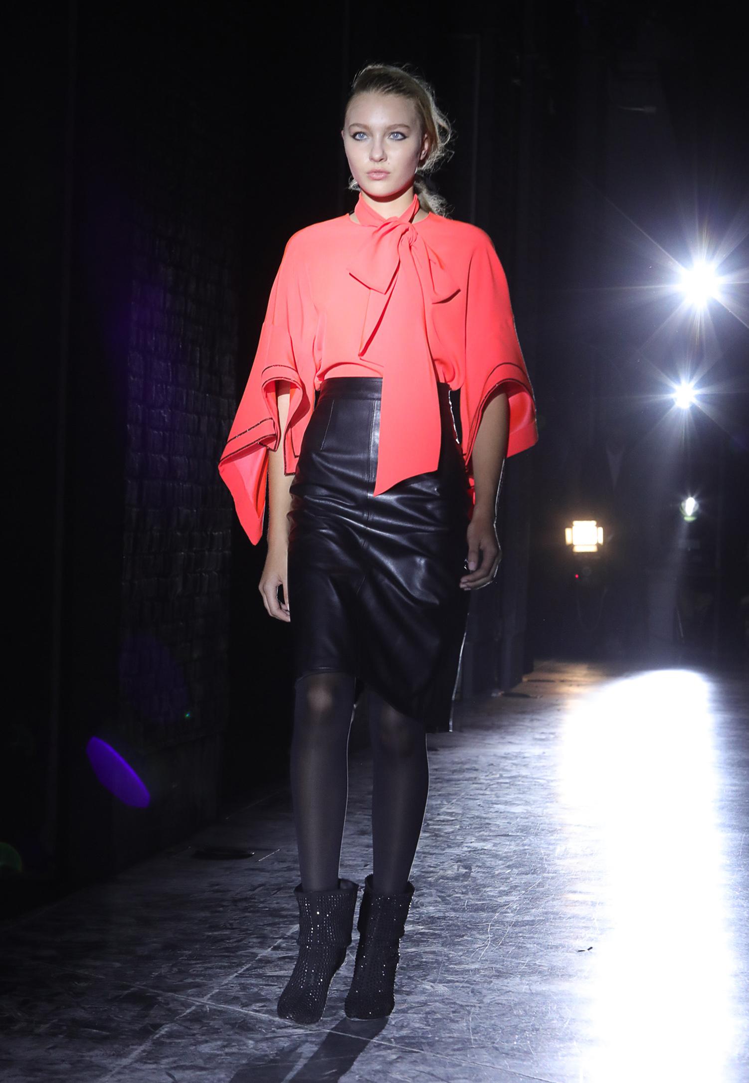 Blusas con volumen combinadas con faldas tubosGénero fluidos dan vida a túnicas