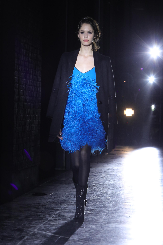 """Sin mangas y con plumas de avestruz en azul óceano, el tono del invierno de Bomparola. Ella apodó a este vestido como """"el vestido show"""""""