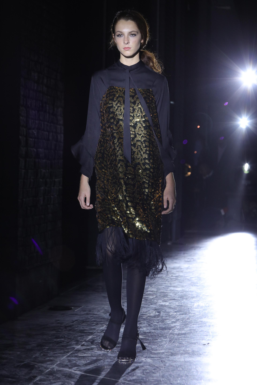 Superposición de prendas. El vestido protagonista de paillettes de animal print y detalles de flecos en las terminaciones con blusa y lazo en el cuello