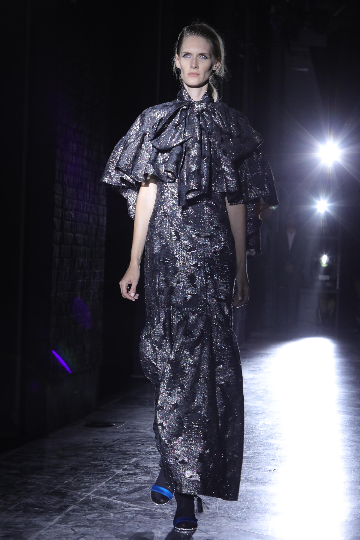 """Los vestidos largos de noche tampoco faltaron en la colección """"Inmensidad"""" de Bomparola. En tafetán de seda natural con capas tramadas, un diseño único que habrá pocas piezas para quienes lo compren sean"""