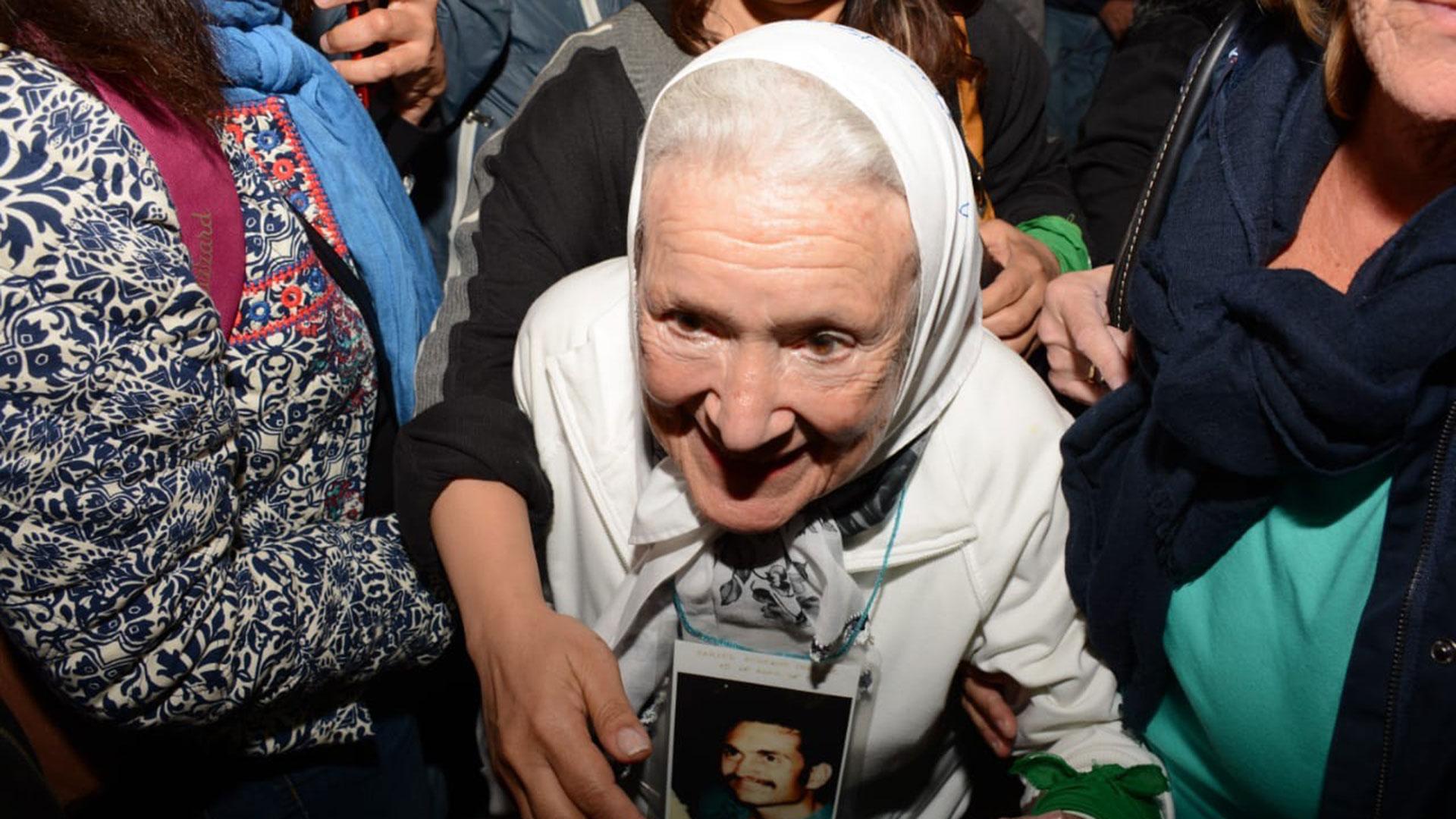 Nora Cortiñas presenció la marcha y se retiró a los pocos minutos