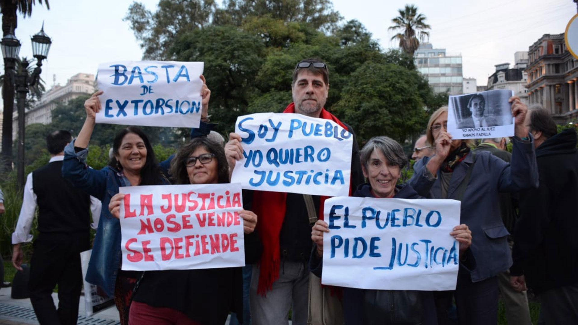 Hombres y mujeres también se expresaron a través de carteles