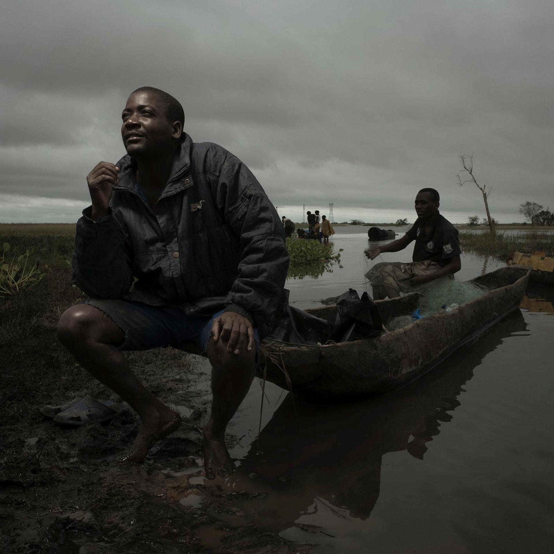 Roque Fernando sentado en su bote, con el que logró mantener a salvo a su familia enel poblado deTica luego de que su casa fuese arrasada por las aguas (Foto:CARE International/Josh Estey via REUTERS)