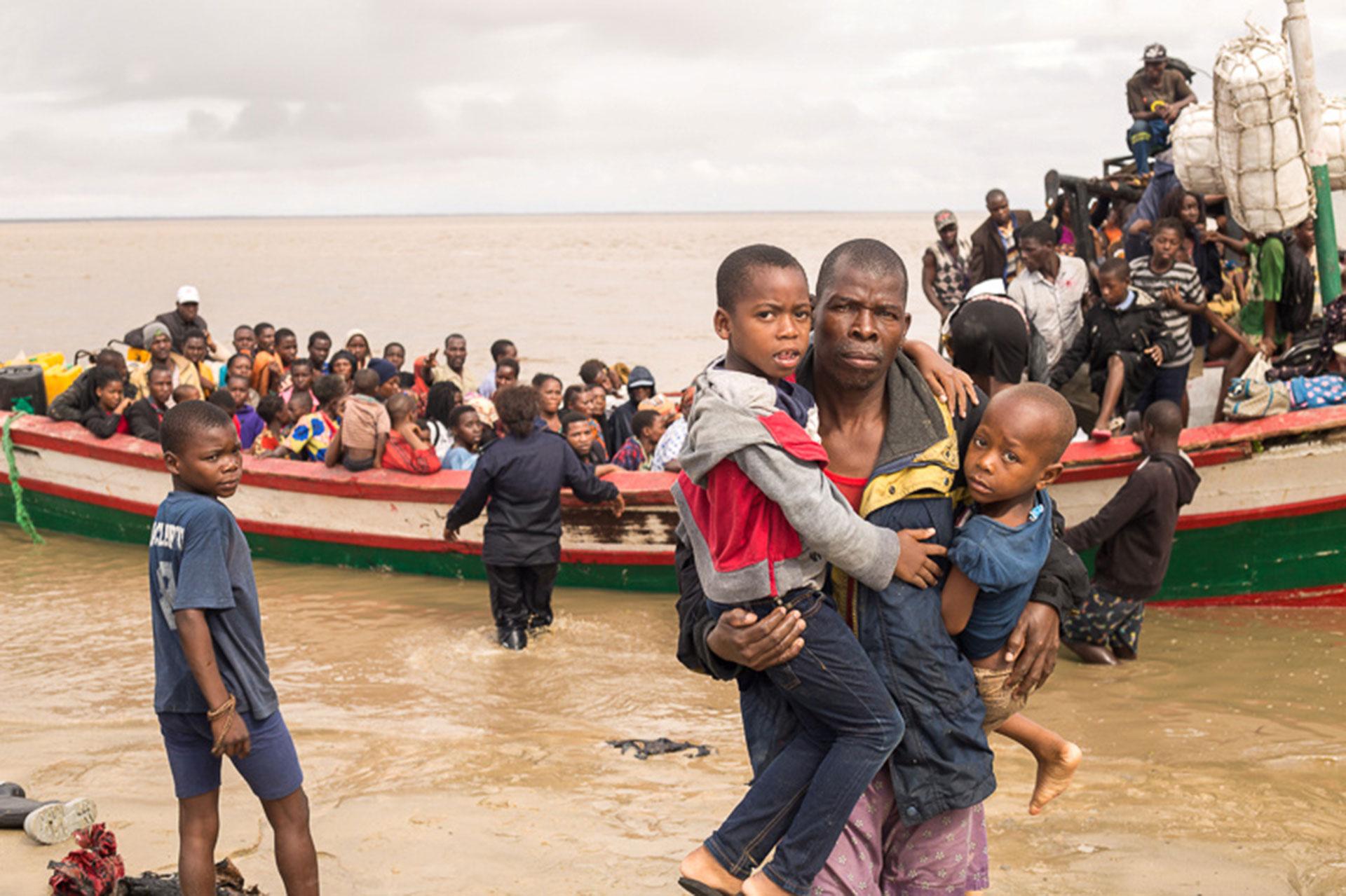 Sobrevivientes del ciclón Idaillegan al centro de Beira tras ser evacuados de sus hogares(Foto: Denis Onyodi/Red Cross Red Crescent Climate Centre/Handout via REUTERS)