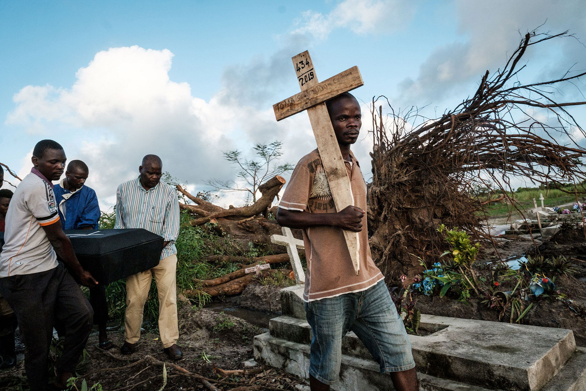 El funeral de Tomas Joaquim Chimukme luego de que colapsara su casaenBeira, Mozambique. (Foto: Yasuyoshi CHIBA / AFP)