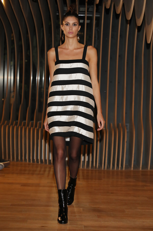 De seda natural, a rayas blanco y negro, un vestido corto