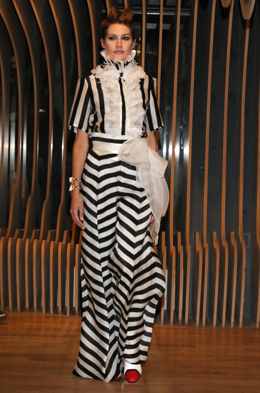 Dos piezas, rayas blanco y negro. Pantalón Oxford y blusa de mangas cortas con jabot y cuello cisne, todo confeccionado en satén bicolor