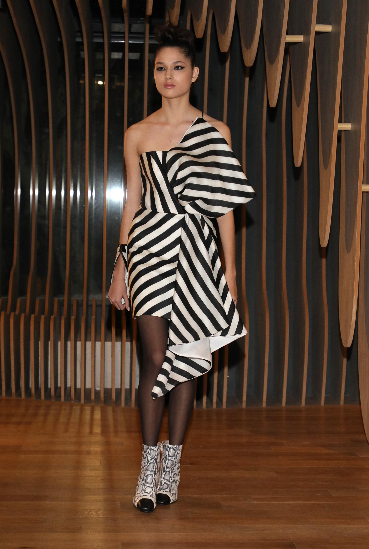 Rayas blanco y negro. Vestido de corte asimétrico, al estilo años 30, volumétrico