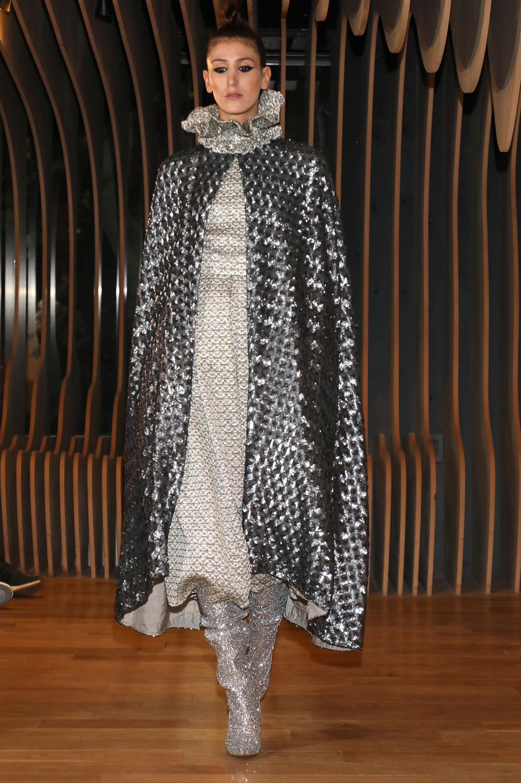 Total look metalizado. Botas, capa y vestido de cuello cisne