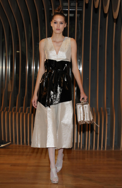 Más piezas de su colección donde Zitta combinó el satén con el cuero. En esta foto, un vestido en color champange con un corsé negro