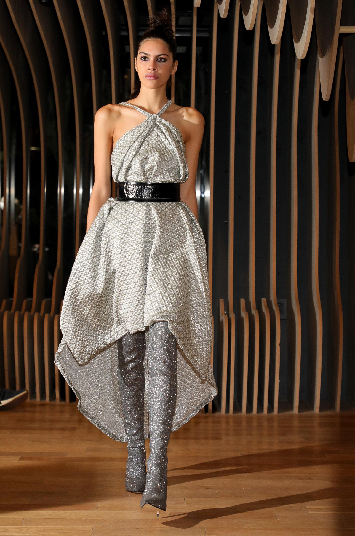 De cuello halter cruzado, un vestido asimétrico de la última colección de otoño-invierno 2019 de Zitta en tonalidades grises