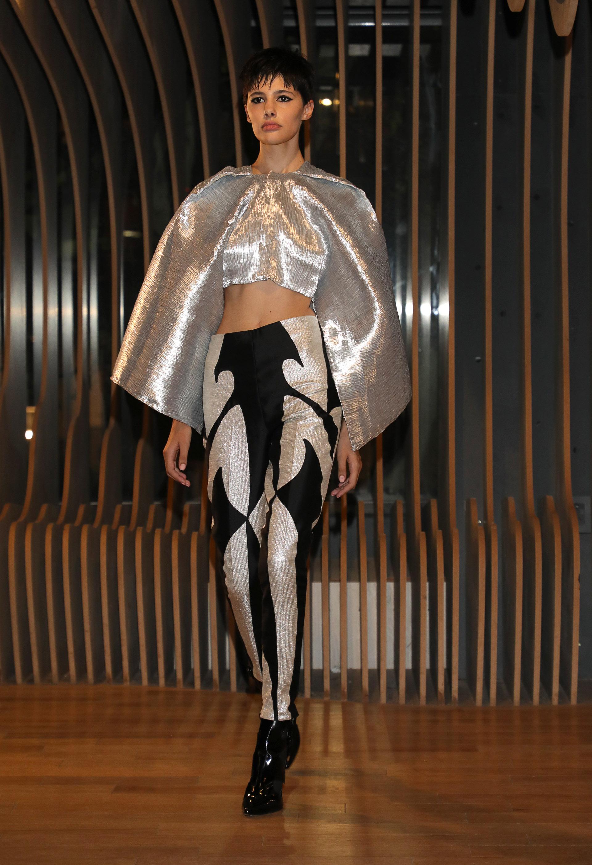 La combinación del plateado con el negro fue un binomio protagonista en la noche del cierre fashionista de Zitta. Una blusa crop con mangas campana