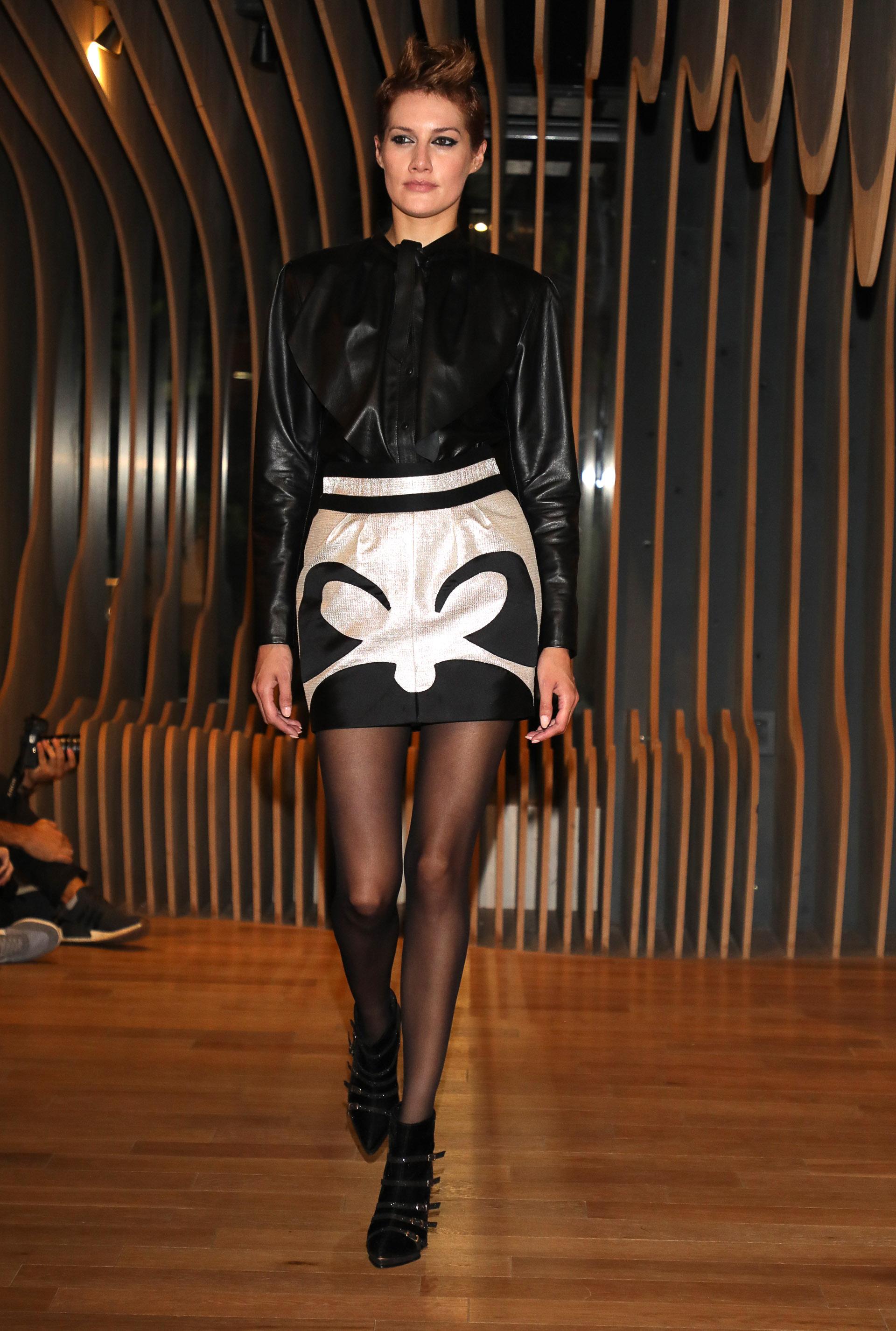 Fabián Zitta presentó su colección Oniria en el marco de Designers inspirada en los años 30. En pasarela, una minifalda bicolor en metalizado plateado y blusa de cuero negra