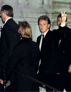 Paul McCartney acena para o que ele chega à igreja Riverside de Nova York para um serviço memorial para sua esposa Linda McCartney em Nova York 22 de junho. O serviço para Linda McCartney, que morreu em abril de câncer de mama com a idade de 56 anos, não estava aberto à ordem pública, mas uma ordem de cerimônia foi liberada antecipadamente.