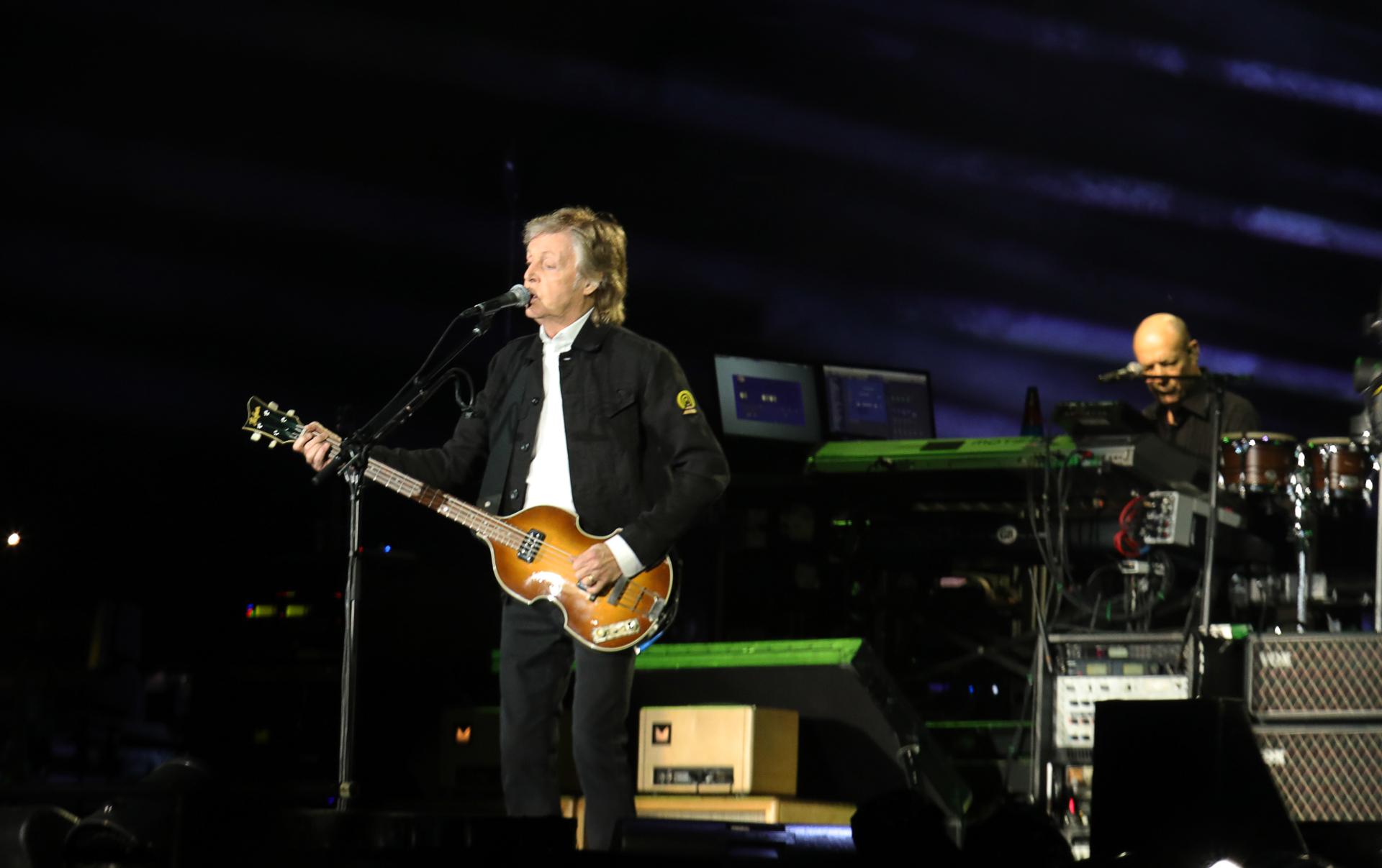 Paul con su clásico bajo violín Hofner, un modelo que lo acompaña desde los días de The Beatles