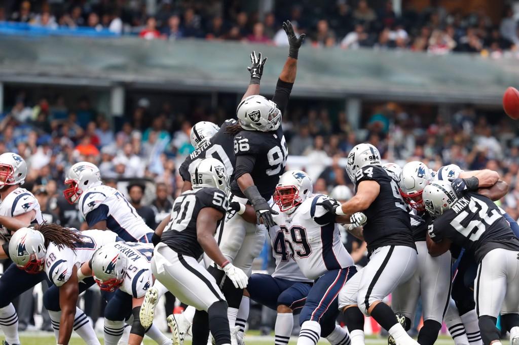 """CIUDAD DE MÉXICO, 19NOVIEMBRE2017.- Raiders de Oakland y Patriotas de Nueva Inglaterra, disputaron un partido de temporada regular de la NFL, en el Estadio Azteca, en donde los """"Pats"""" se llevaron la victoria por 33-8. FOTO: GABINO ACEVEDO / CUARTOSCURO.COM"""