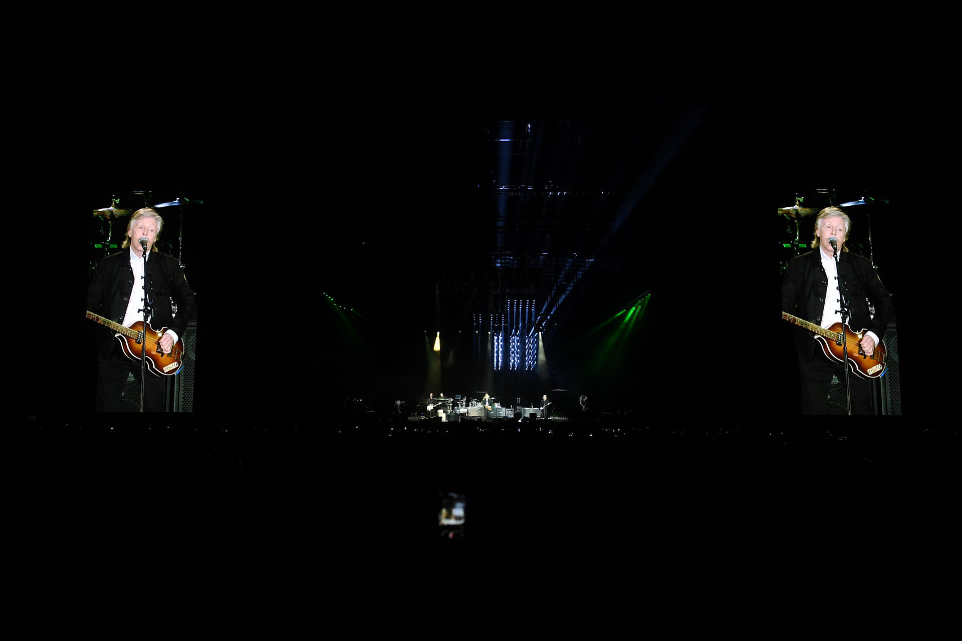 Pantallas gigantes a ambos lados del escenario permitieron ver desde todos los ángulos al genio de Liverpool, que tocó durante tres horas prácticamente sin interrupciones
