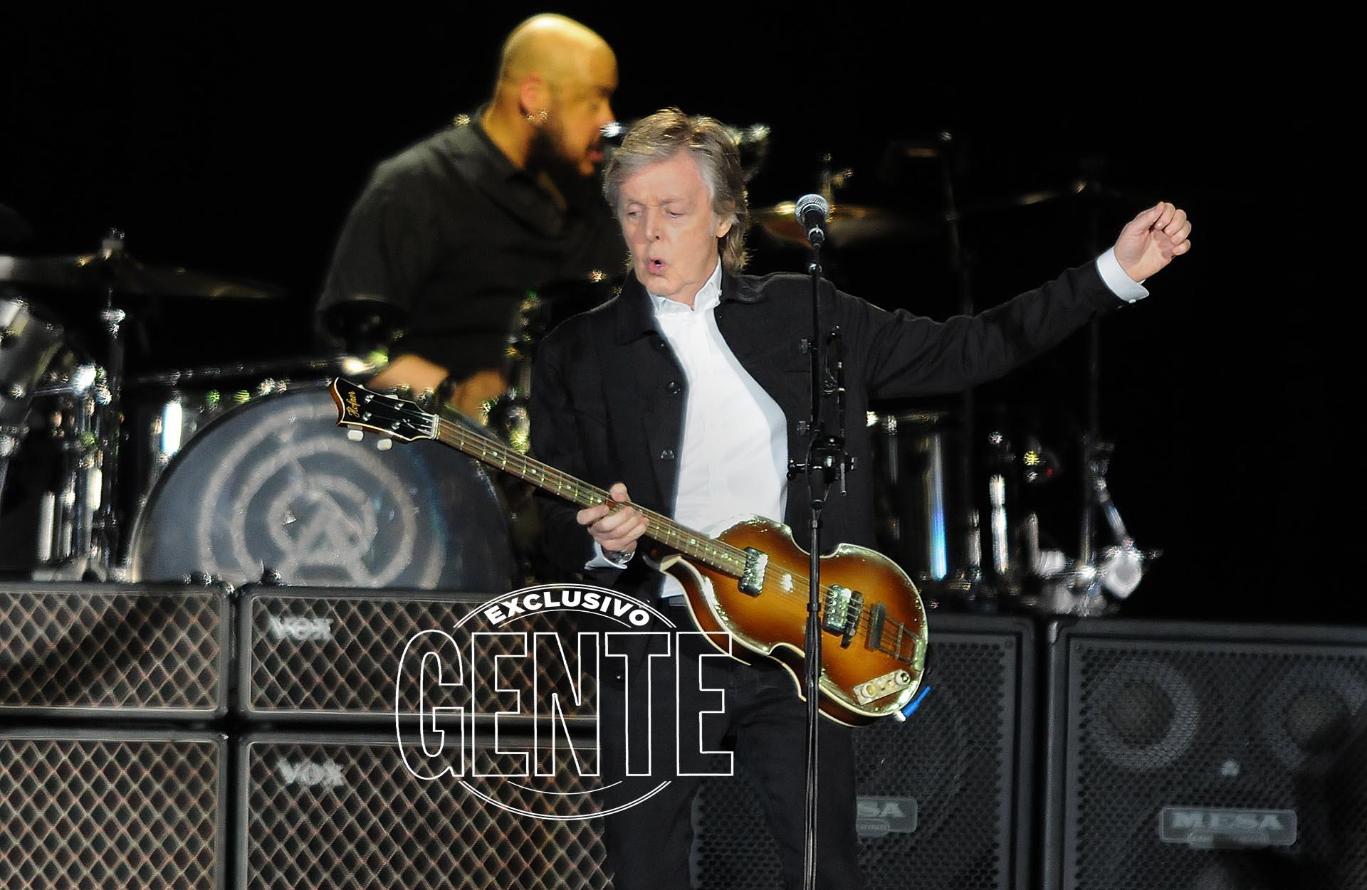 Además de su mítico bajo, Paul tocó unaguitarra electroacústica, un piano, un ukelele y una mandolina. Su TOC(¿o elfruto desu actual delgadez?): levantarse a cada instante elpantalón.