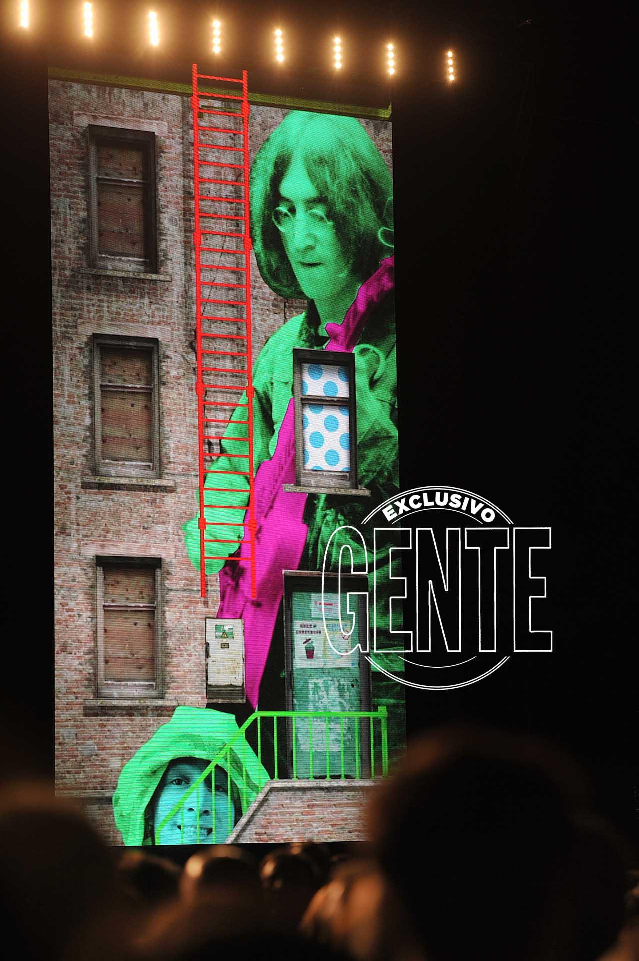 """""""Escribí está canción para mí hermano John. ¡Arriba John!"""", lanza, y le ofrenda a Lennon (asesinado por Mark Chapman el 8 de diciembre de 1980) el tema Here Today."""