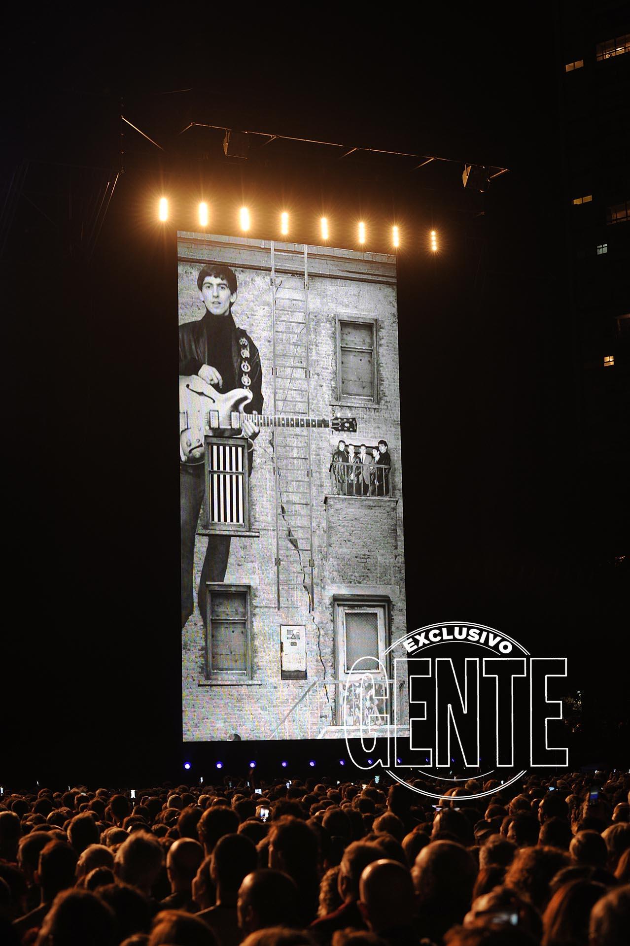 """La especial versión de Something, """"dedicada a mi amigo George"""" (Harrison, fallecido el 29 de noviembre de 2001). El beatle restante, Ringo Star, es con McCartney, uno de los dos que aún viven."""