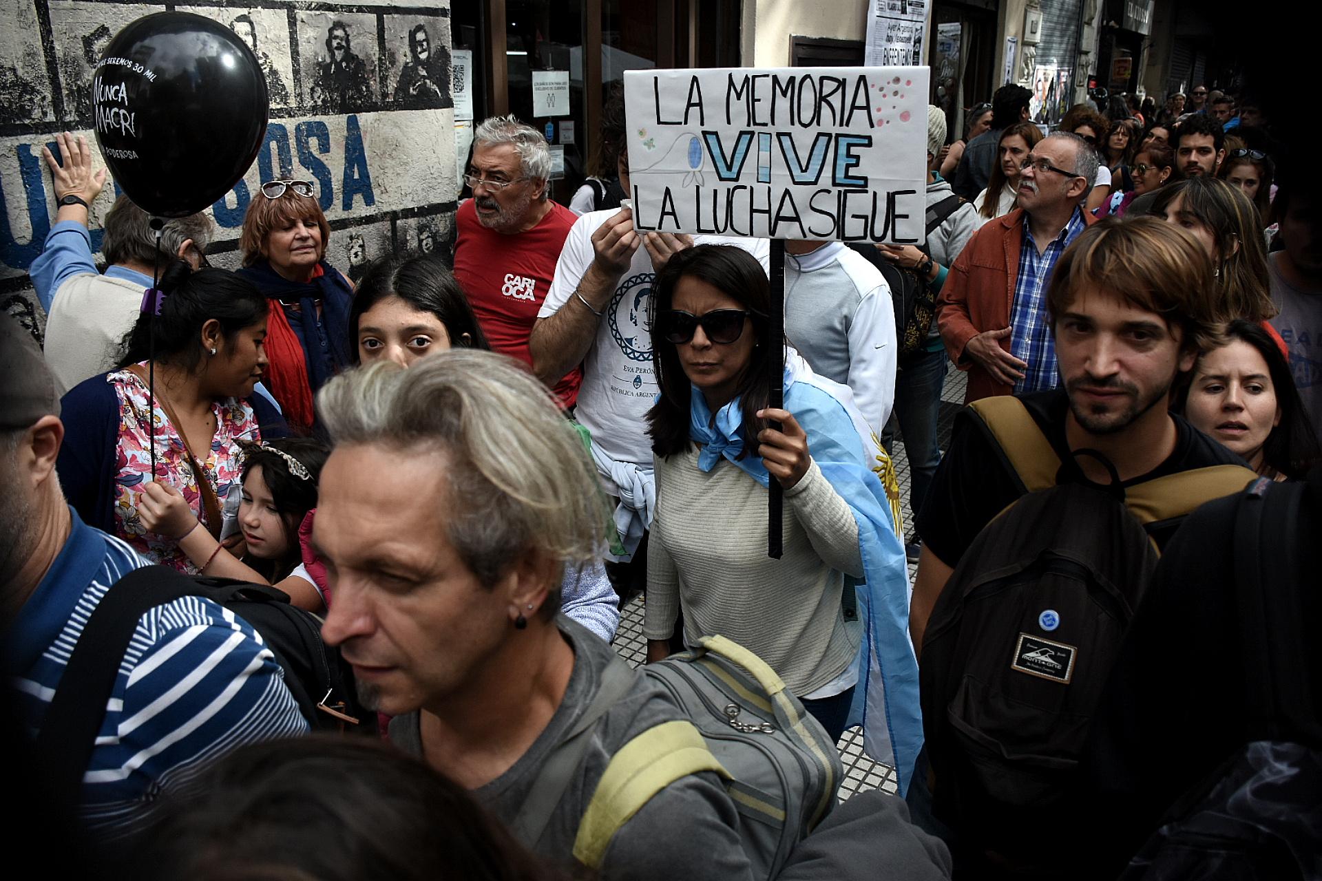 Los ciudadanos marcharon con carteles, banderas y consignas políticas