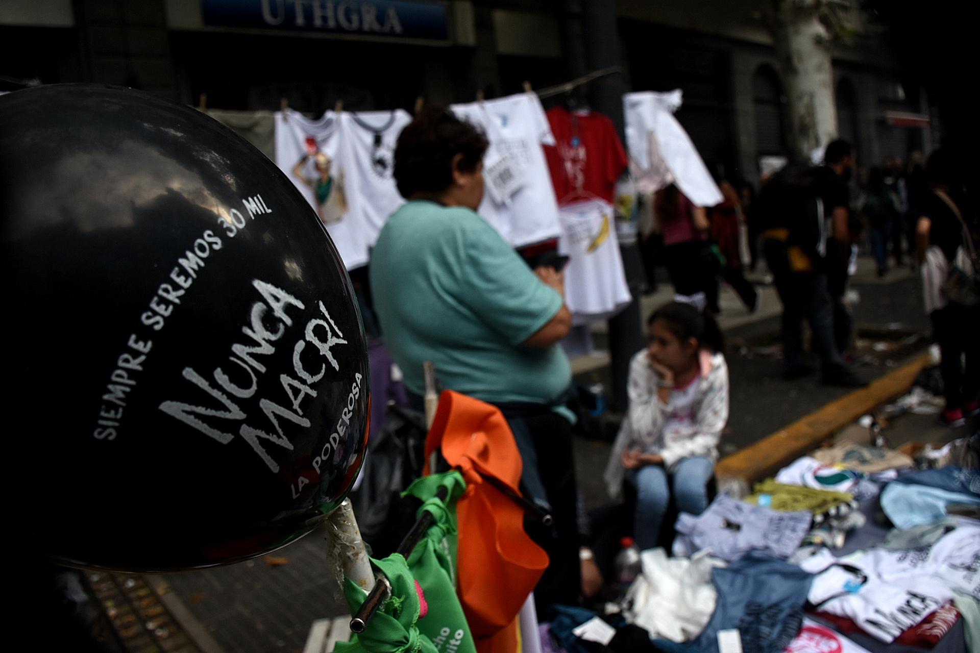 Un globo con una inscripción contra el presidente de la Nación