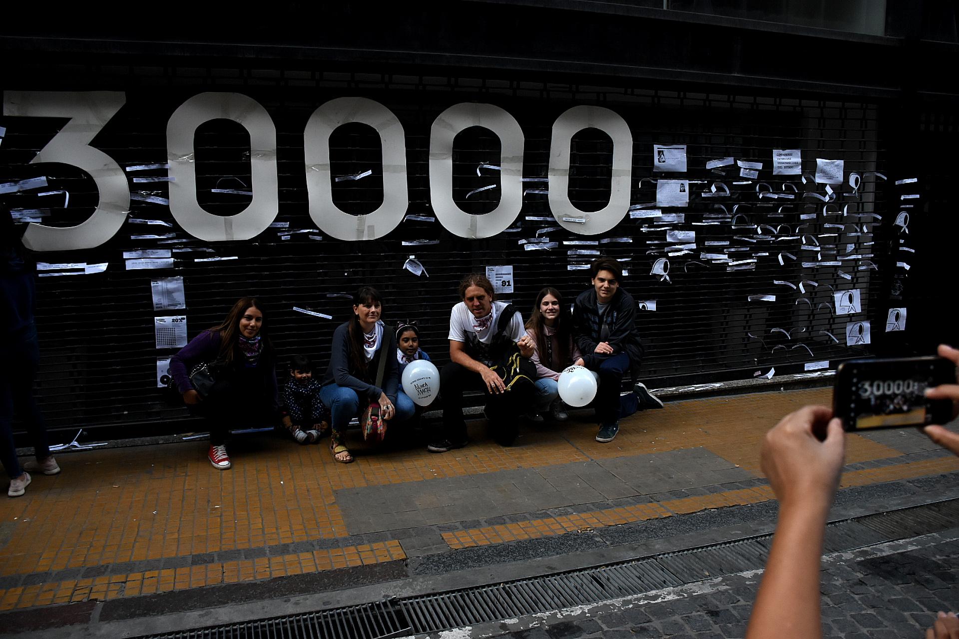 Un cartel en referencia a los 30 mil desaparecidos
