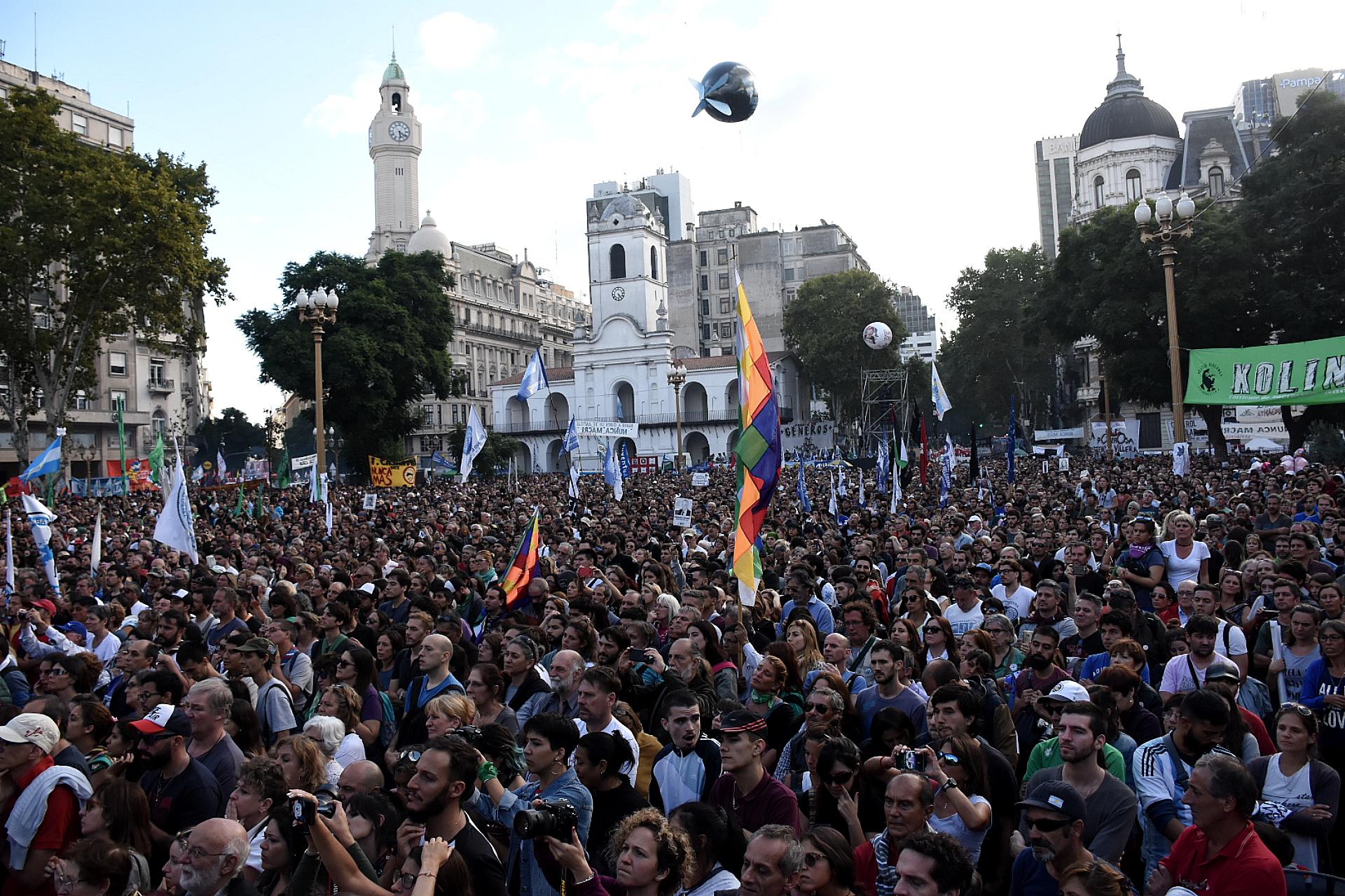 La gente se concentró en la plaza, la Avenida de Mayo y las dos diagonales