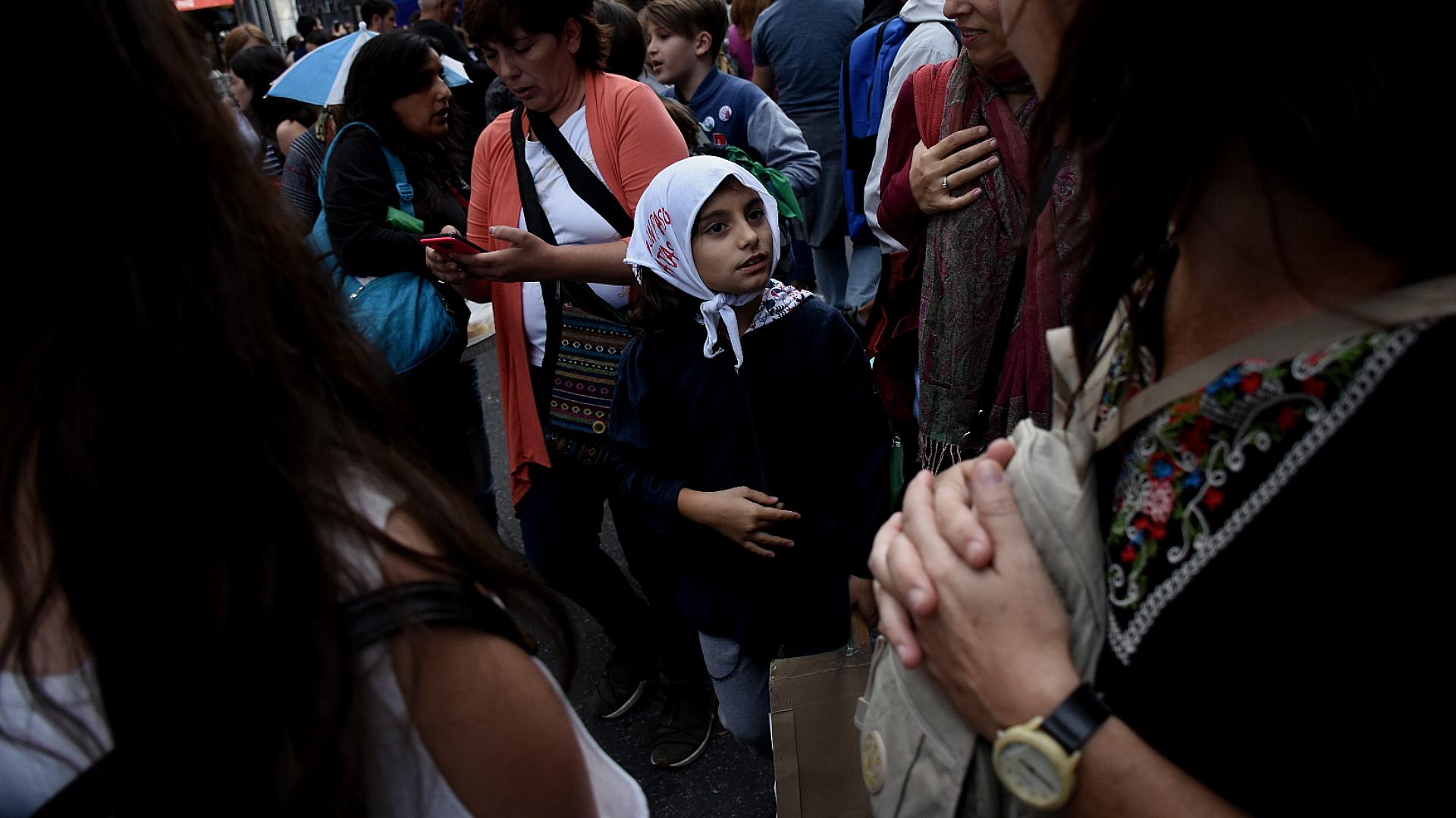 En la plaza hubo muchos jóvenes y chicos que participaron de la marcha