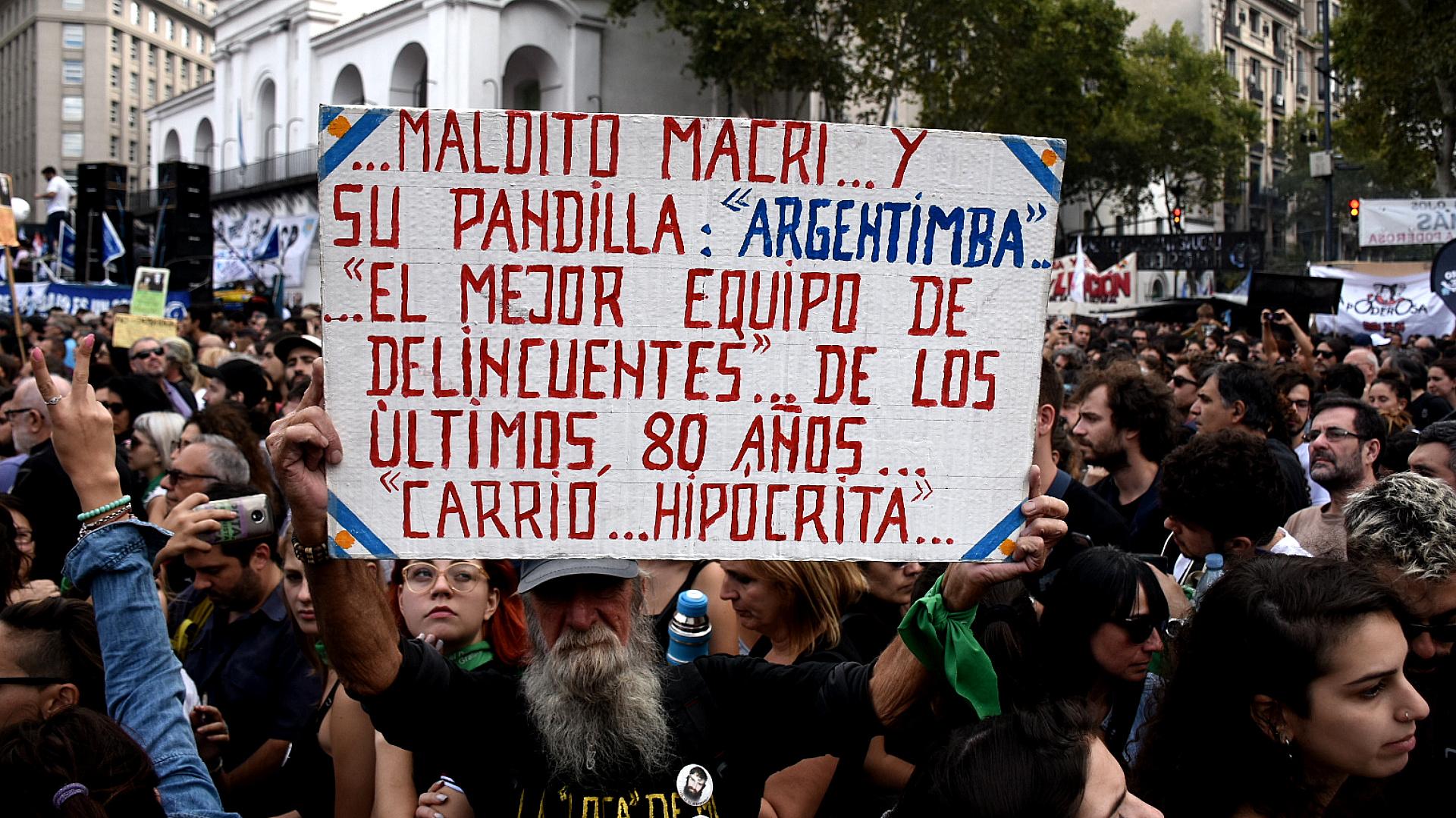 Uno de los carteles con cuestionamientos a Mauricio Macri