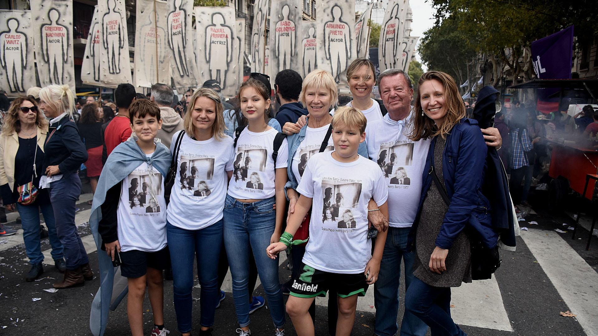 Una familiacon la imagen en sus remeras de dos familiares desaparecidos por la dictadura