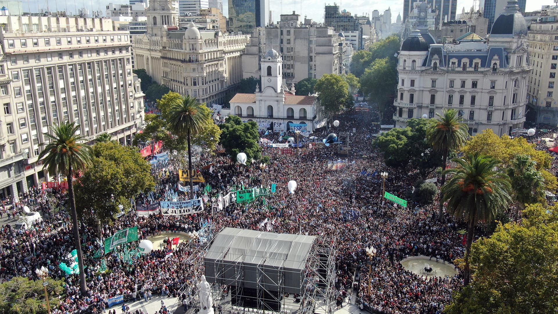 Miles de personas se concentraron desde la mañana en el centro de la ciudad de Buenos Aires