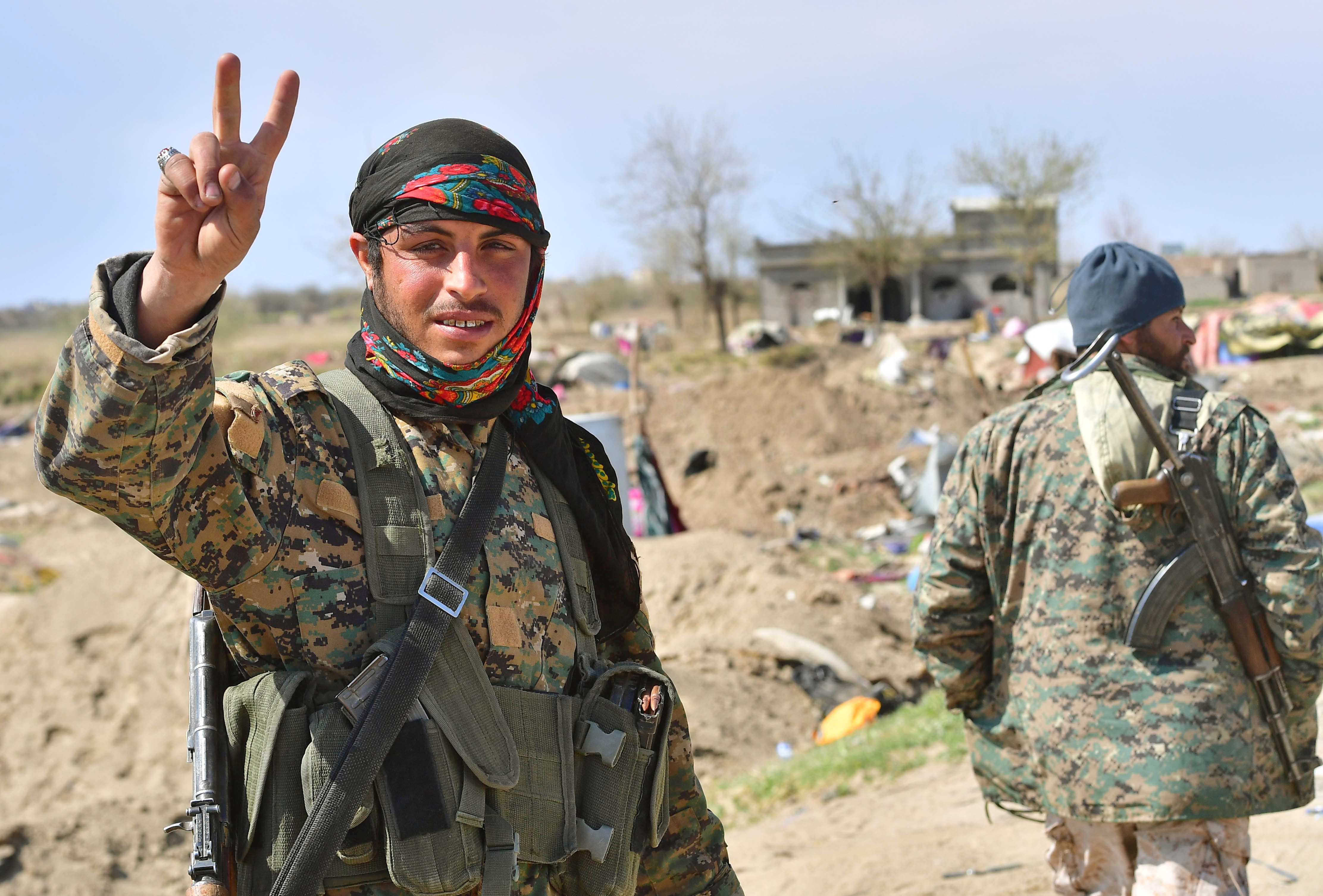 """Tropas kurdas celebran el fin del """"califato"""" (AFP)"""