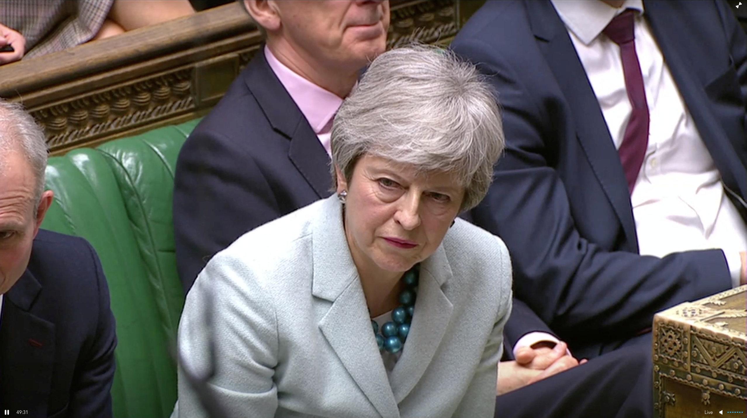 Theresa May escucha los cuestionamientos en el Parlamento