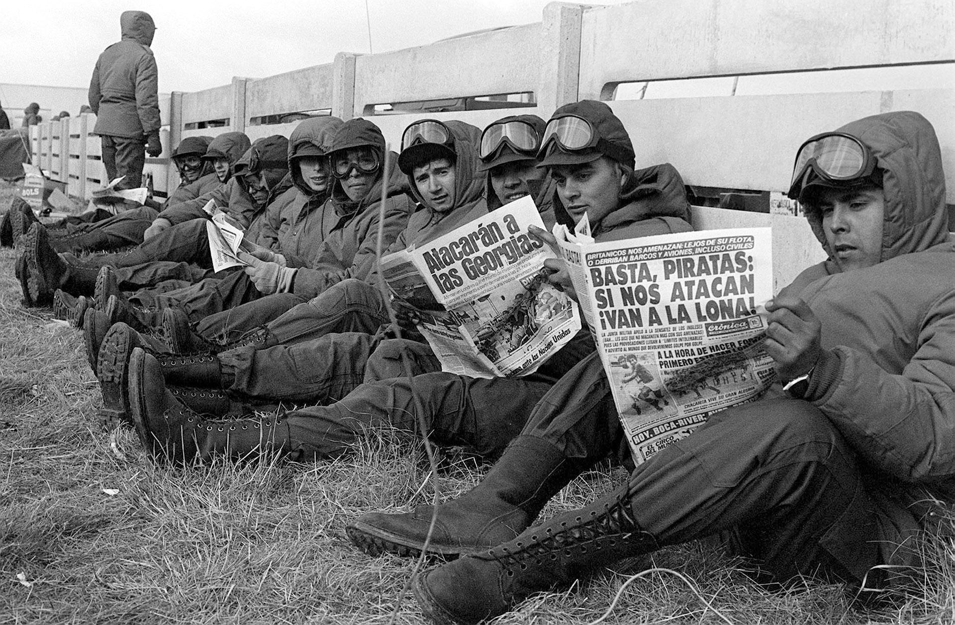 Todo es expectativa e incertidumbre. En un alto luego del almuerzo, los soldados palpitan las noticias que preanuncian lo que vendrá (Foto: Román von Eckstein)