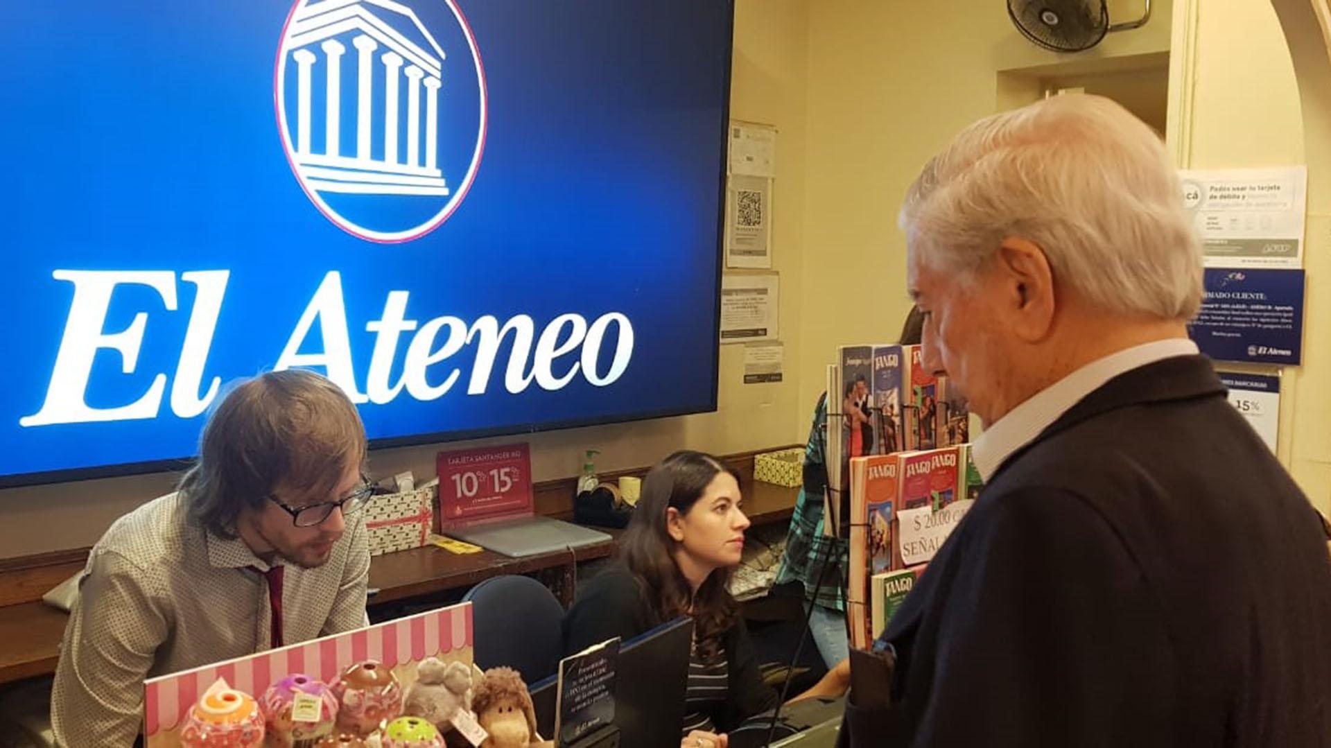 Tras una hora y medio de recorrido por los anaqueles de la librería Ateneo Gran Splendid, Mario Vargas Llosa compró dos tomos de las obras de su admirado Jorge Luis Borges